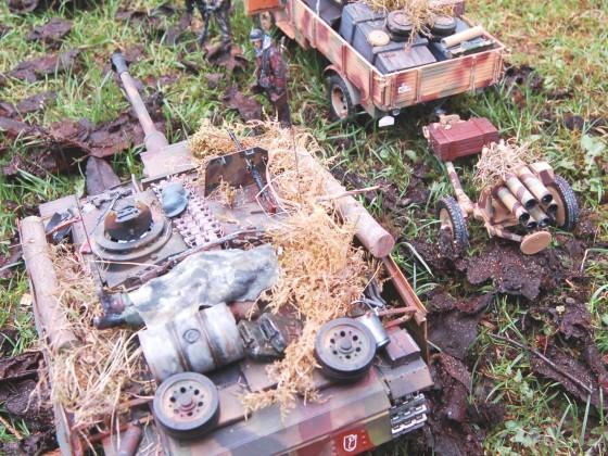 Sturmgeschütz passiert gleich wartende Grenadiere und Trossfahrzeug mit Nebelwerfer