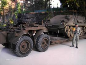 Zugmaschine FAUN L912/45A mit 25t Kässbohrer Anhänger und verlastetem Hotchkiss Panzermörser