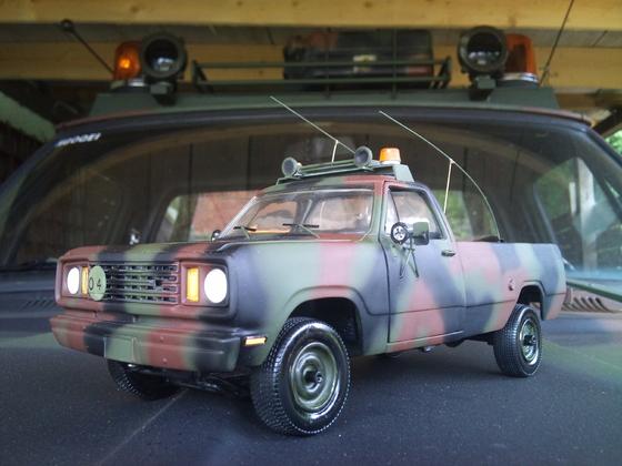 Dodge M880 auf der Motorhaube des Originals