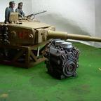 Tiger I Maybach-Motor und Turm mit Zimmeritbewurf bei der Feldinstandsetzung
