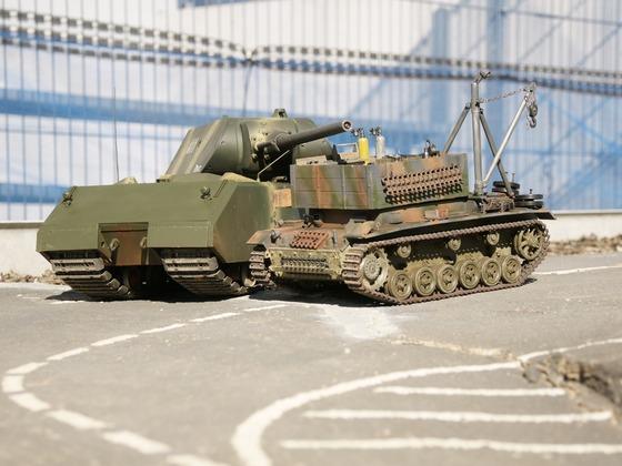 Die Maus paßt auf den Bergepanzer III auf
