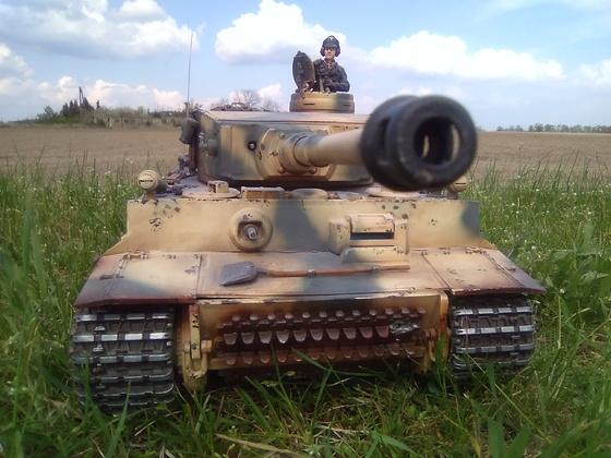 Mein erster Panzer . 2012 gekauft  und dann mit Metallwanne , -ketten und -laufwerk aufgerüstet .